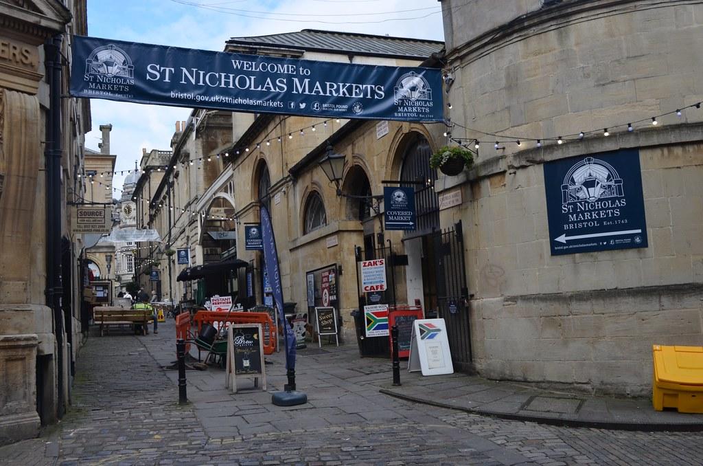 Saint Nicholas market à Bristol : Libraires, disquaires, tshirts, cristaux... avec des cafés et de la street food.