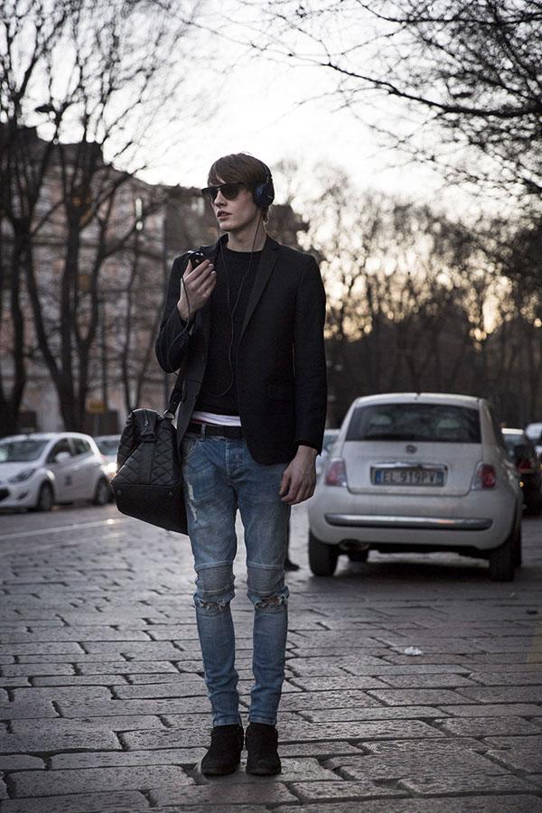 黒テーラードジャケット×黒ロンT×ダメージジーンズ×黒スエードブーツ