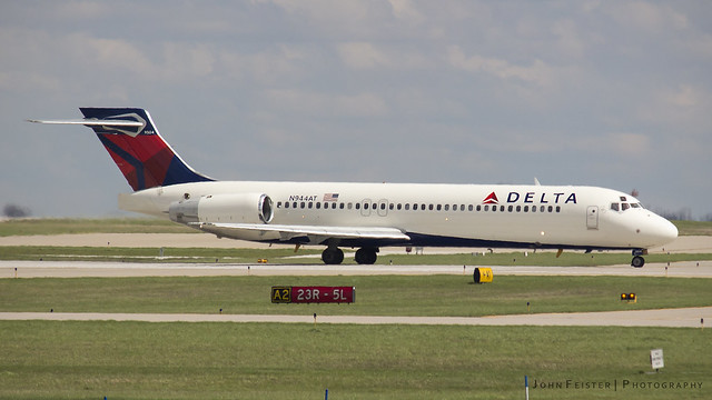 Delta N944AT - Indianapolis International Airport