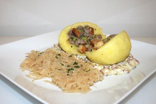 39 - Stuffed potato dumplings with bacon sauce & sauerkraut - Side view / Gefüllte Klöße mit Specksauce & Sauerkraut - Seitenansicht