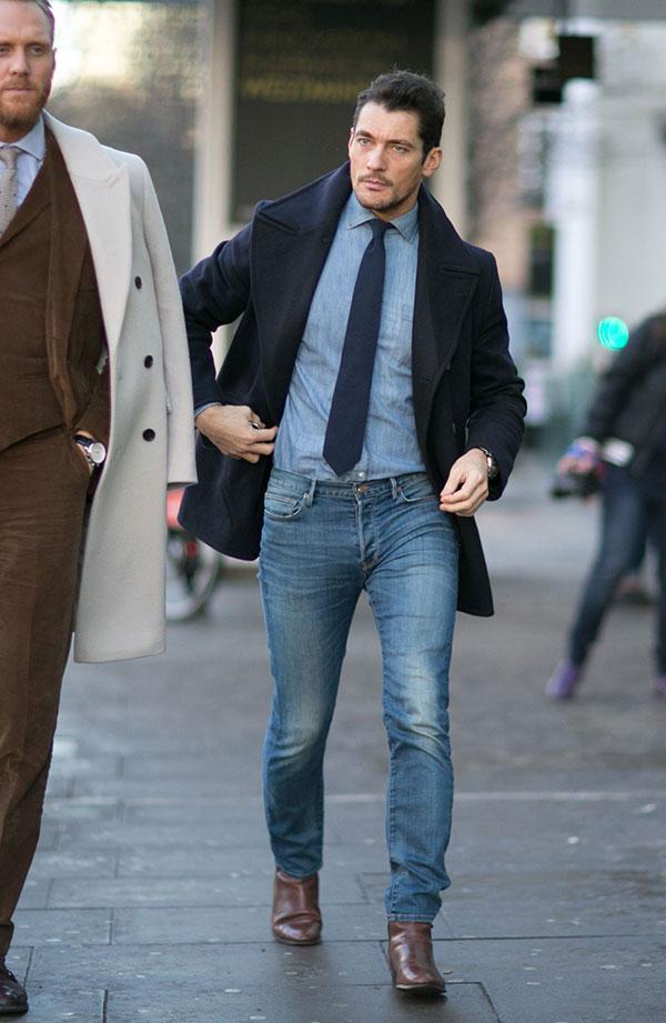 ネイビーPコート×シャンブレーシャツ×紺ソリッドタイ×デニムパンツ×ブラウンブーツ