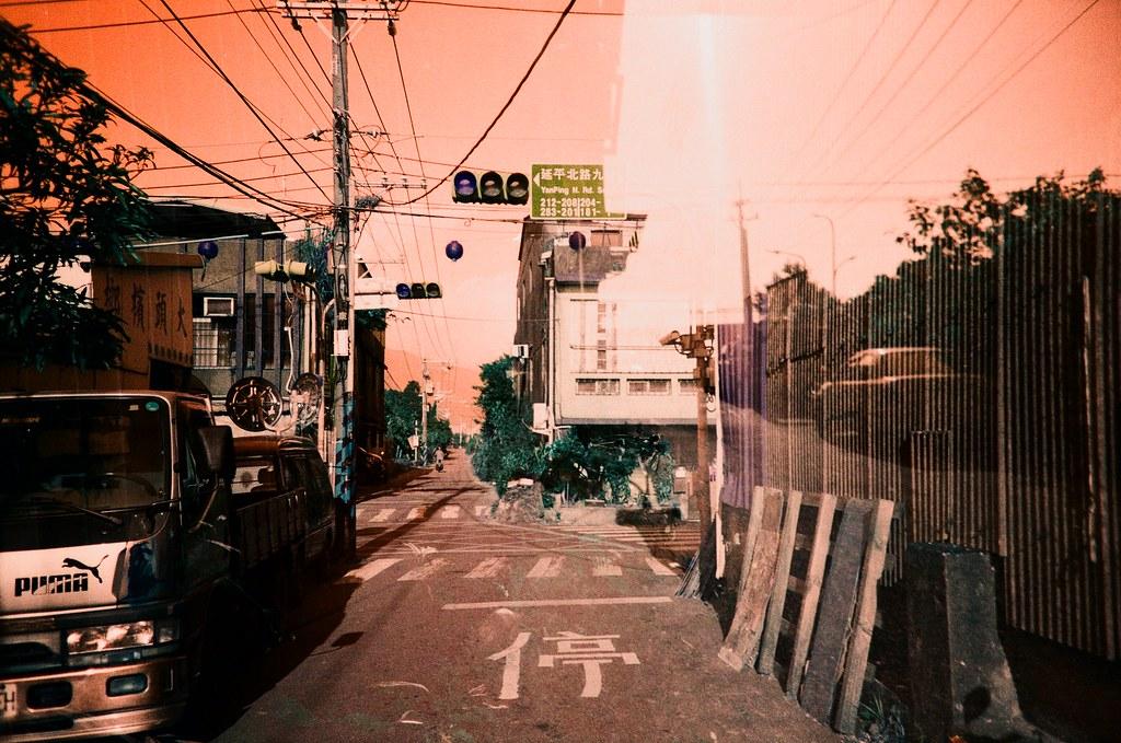"""社子島 Taipei, Taiwan / Turquoise / Lomo LC-A+ 這卷底片放的有點久忘記上傳分享,那時候在社子島有裝一卷 Turquoise 的底片來拍,因為這裡大部分都是農田與綠地,想說拍出來的效果應該會很特別。  """"社子島"""" is located in Taipei city, but stop long time to develop. So I load Turquoise film to record here.  Lomo LC-A+ Lomography LomoChrome Turquoise XR 100-400 4049-0006 2015/11/28 Photo by Toomore"""