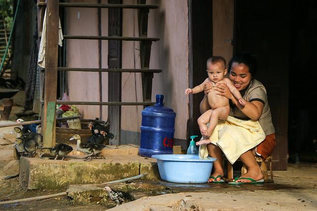 Bathing child, Luang Prabang, laos ルアンパバーン、水浴びする子ども