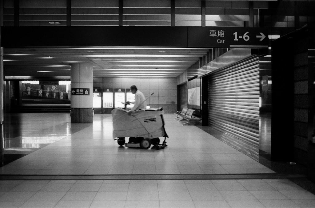不是沒有家可以回,只是流浪讓我有想家的感覺 / Kodak 400TX / Nikon FM2 2016/01/02 送我妹到板橋客運站搭車回高雄後,我自己裝了一捲黑白底片在板橋客運站、火車站走走拍拍。  沒有人的車站總是會讓我想起在日本流浪的時候,看到合適的角落就想要把包包放下來打地鋪準備睡覺。  不是沒有家可以回,只是流浪讓我有想家的感覺、讓我有學著自己長大的感覺。  Nikon FM2 Nikon AI AF Nikkor 35mm F/2D Kodak TRI-X 400 / 400TX 6289-0021 Photo by Toomore