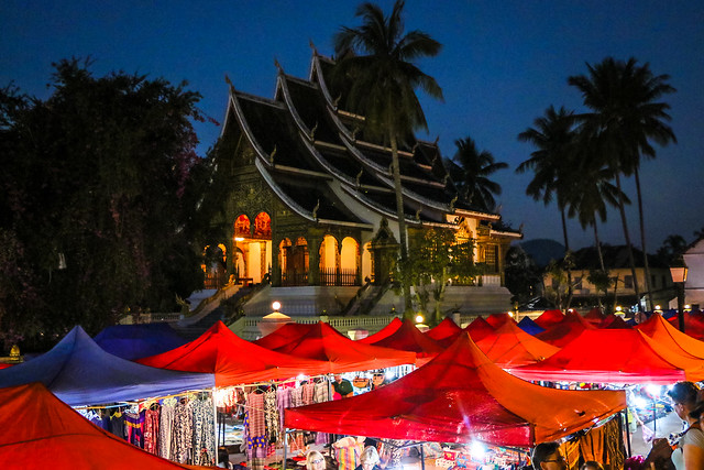 Wat Mai Suwannaphumaham and street night market, Luang Prabang, Laos ルアンパバーン、ワット・マイと夜市