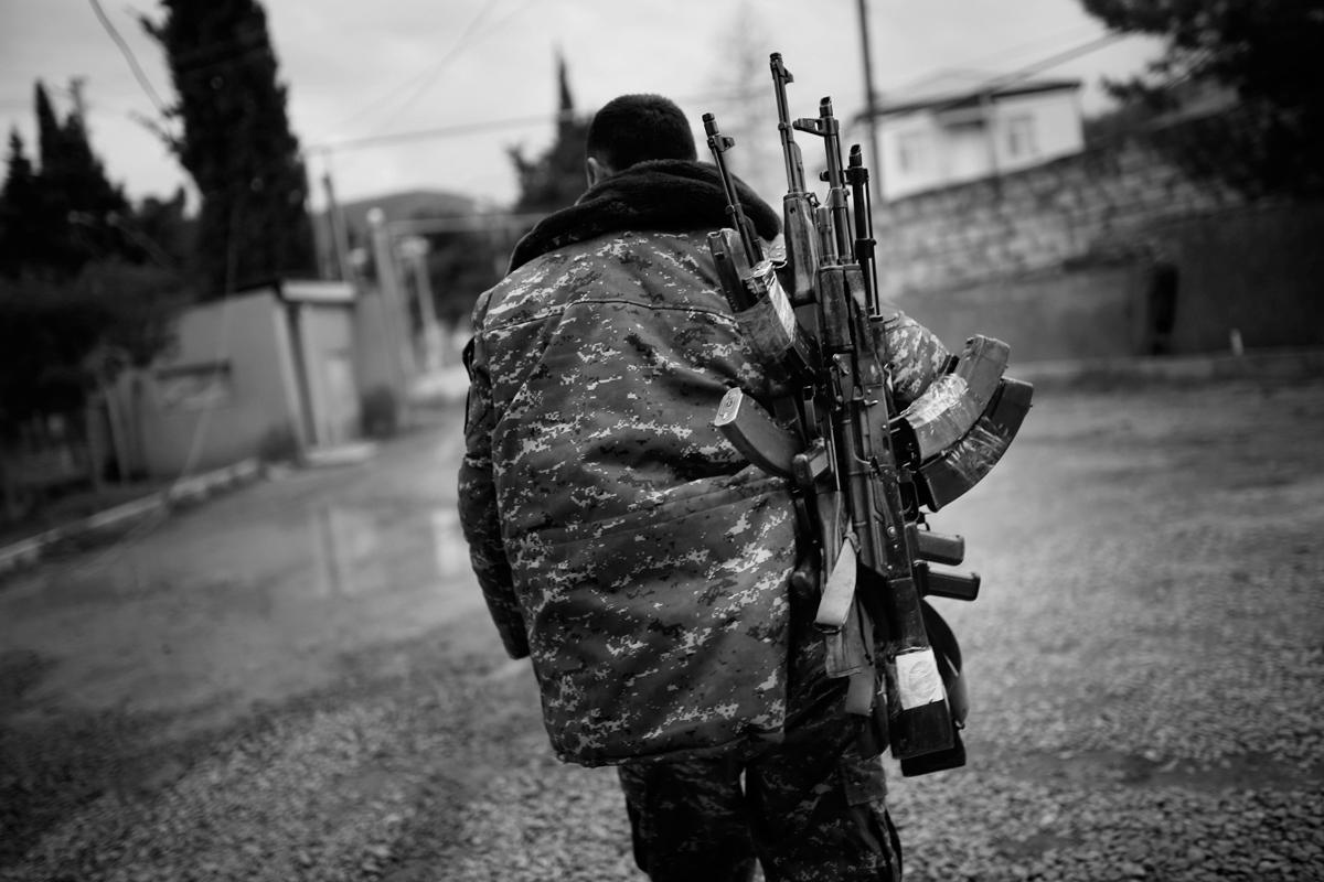 Հայ զինվորը Կալաշնիկովի գնդացիրներ է տանում իր զինվորական ընկերներին Արցախի Մարտակերտի շրջանում, 04.04.2016<br> (©PAN Photo / Vahan Stepanyan)
