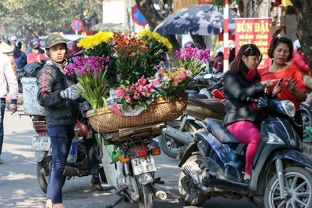 Street flower vendor, Hanoi old city, Vietnam ハノイ旧市街の花売り