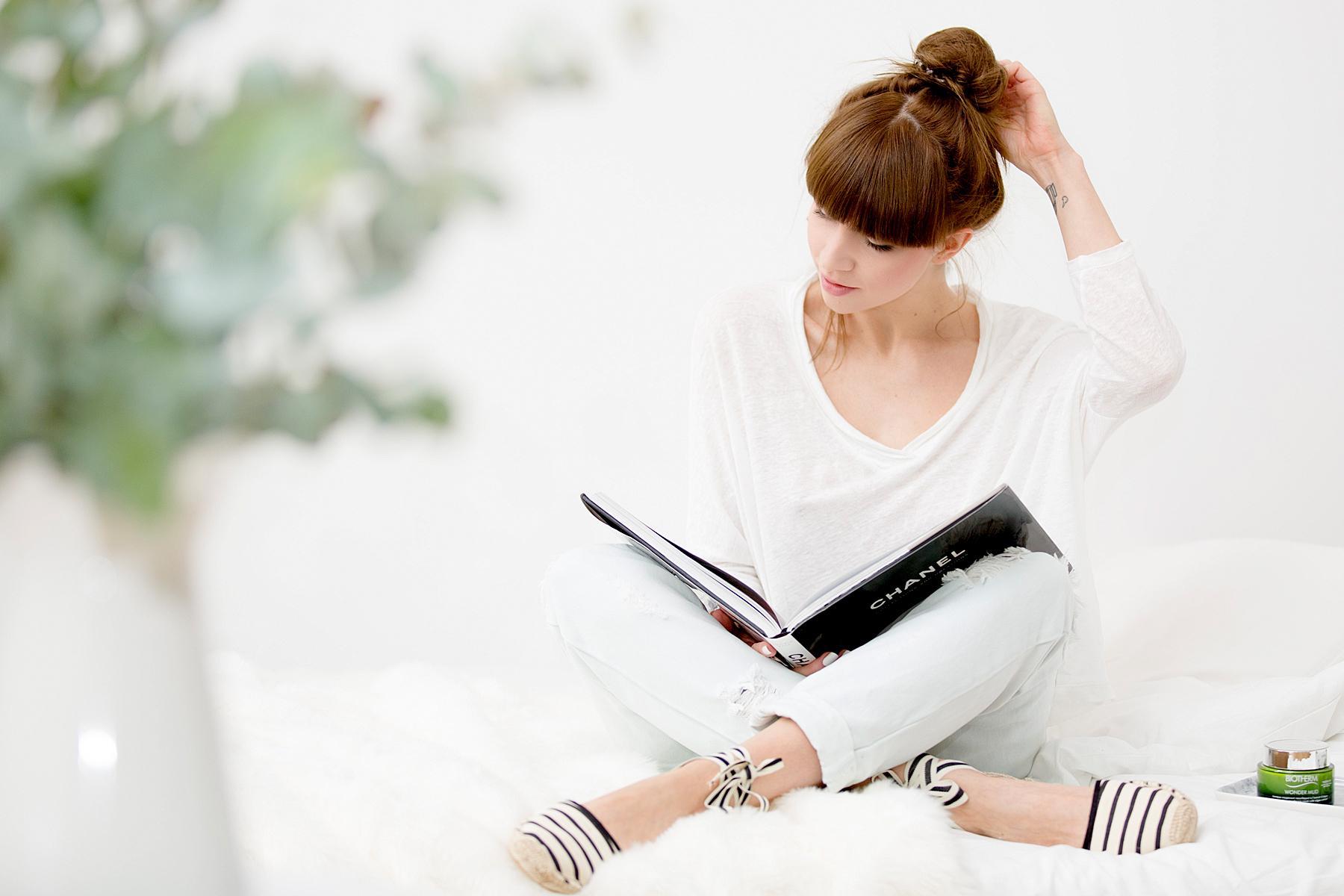soludos striped espadrilles chanel book camelia reading relax clean white bright girl brunette bangs cats & dogs blog ricarda schernus fashionblogger düsseldorf germany berlin 4