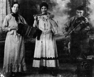 Mary Bolduc and colleagues, 1928, with traditional folk instruments / Mary Bolduc et ses collègues jouant d'instruments de musique du folklore traditionnel, en 1928