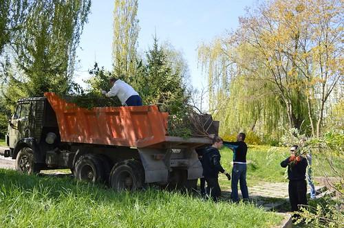 З парку біля ПДМ вивезли 4 вантажівки зі сміттям