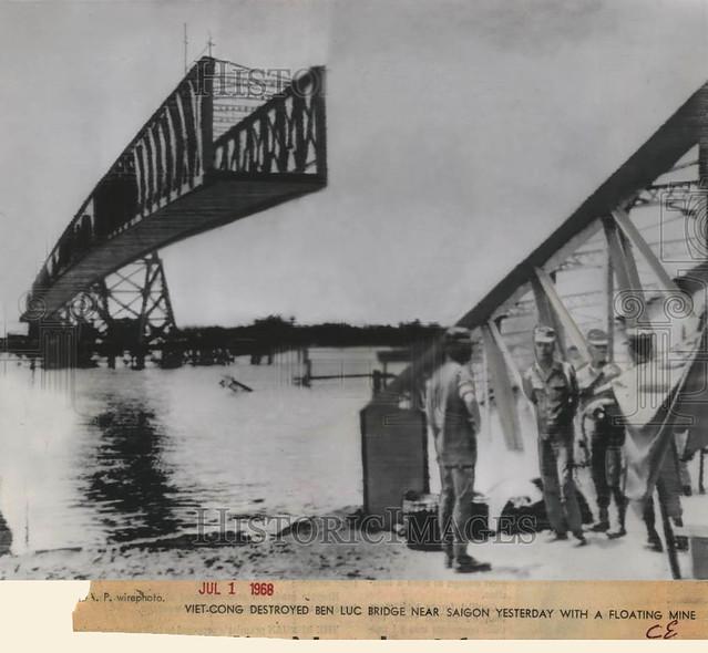 1968 Press Photo - Viet-Cong Destroyed Ben Luc Bridge Near Saigon with Mine - Cầu BẾN LỨC qua sông Vàm Cỏ Đông, Long An, bị VC phá hoại bằng thủy lôi
