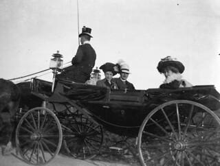 Ungdommer i åpen vogn ca. 1905