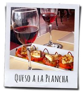 Queso a la plancha, een tapa van vers gesneden tomaat, olijfolie, balsamico en een zachte witte kaas die even gebakken is op de plaat