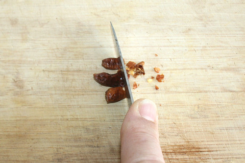 16 - Chilis zerkleinern / Cut chilis