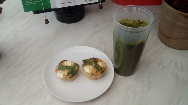 Spinach and feta omelette muffins with the greenest of smoothies!!
