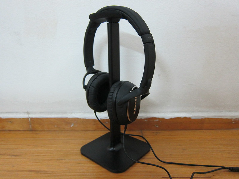 Bluelounge Posto - Black - With Headphones