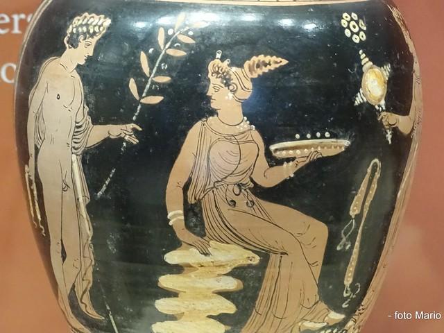 CASTELLO Scena di richiamo nuziale. Museo Nazionale Archeologico, Gioia del Colle