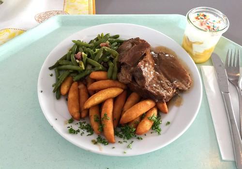 Stewed gigot with red wine sauce & bacon beans / Geschmorte Lammkeule mit Rotweinjus & Speckbohnen