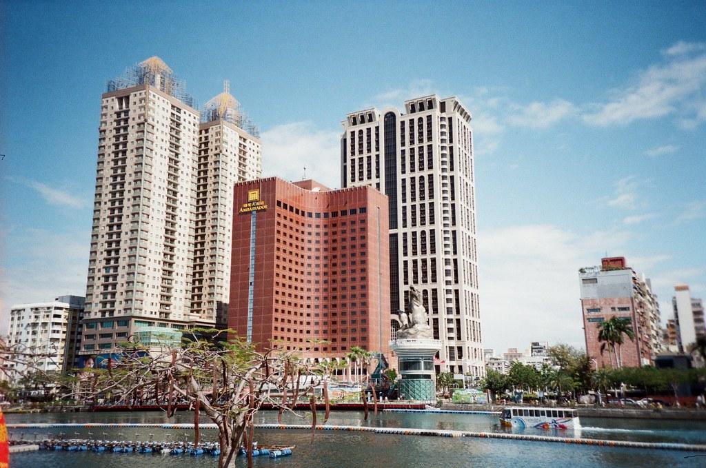 高雄 Kaohsiung Taiwan / Kodak ColorPlus / Lomo LC-A+ 去年 (2015) 一整年都沒回高雄,卻一直往北跑去日本,本來今年過年也想在日本待著,但我妹警告我一定要回家。  真的好久沒回高雄了,短短的一年還是變了很多。一天回到我熟悉的鹽埕區,用走的方式、用我在日本旅行的方式,在慢慢回想這溫暖的陽光和一點點溫暖的記憶。  我轉進一個巷子裡,那裡有我小時候跑過的記憶,我想起爺爺、奶奶的身影,還有大家族聚在一起的畫面。  可是現在已經離我好遠好遠了。  Lomo LC-A+ Kodak ColorPlus ISO200 8780-0001 2016-02-11 ~ 2016-02-14 Photo by Toomore