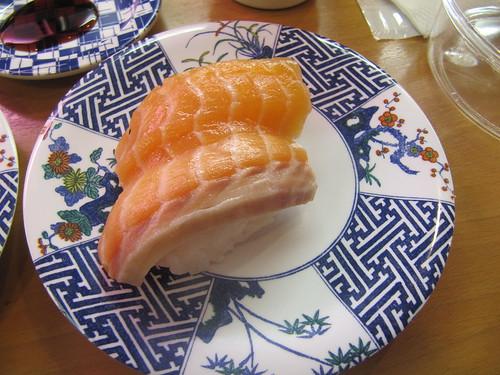 阪神競馬場の回転寿司店である鮨舞台のサーモン