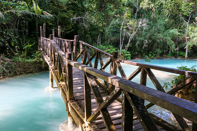A wooden bridge over the pond of Kuang Si Falls near Luang Prabang, Laos ルアンパバーン郊外、クアンシーの滝に架かる木の橋