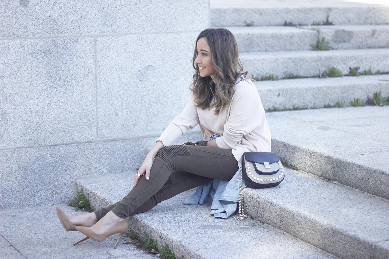 Khaki Pants pale pink sweater uterqüe bag accessories heels fashion outfit16