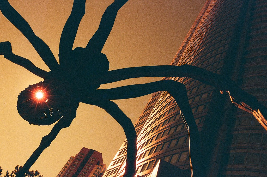 六本木之丘 Tokyo, Japan / Redscale / Nikon FM2 2016/02/07 六本木之丘的大蜘蛛,這裡拍了滿多張的,那時候剛好有雲飄過大樓,但是卻沒有和這張用太陽一起構圖,有點可惜。  Nikon FM2 Nikon AI AF Nikkor 35mm F/2D Lomography Redscale XR 50-200 35mm 8275-0036 Photo by Toomore