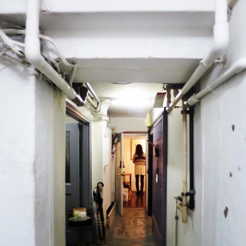 歴史を感じさせる建物内。6階の突き当たりにあるのが、銀座モダンアート。