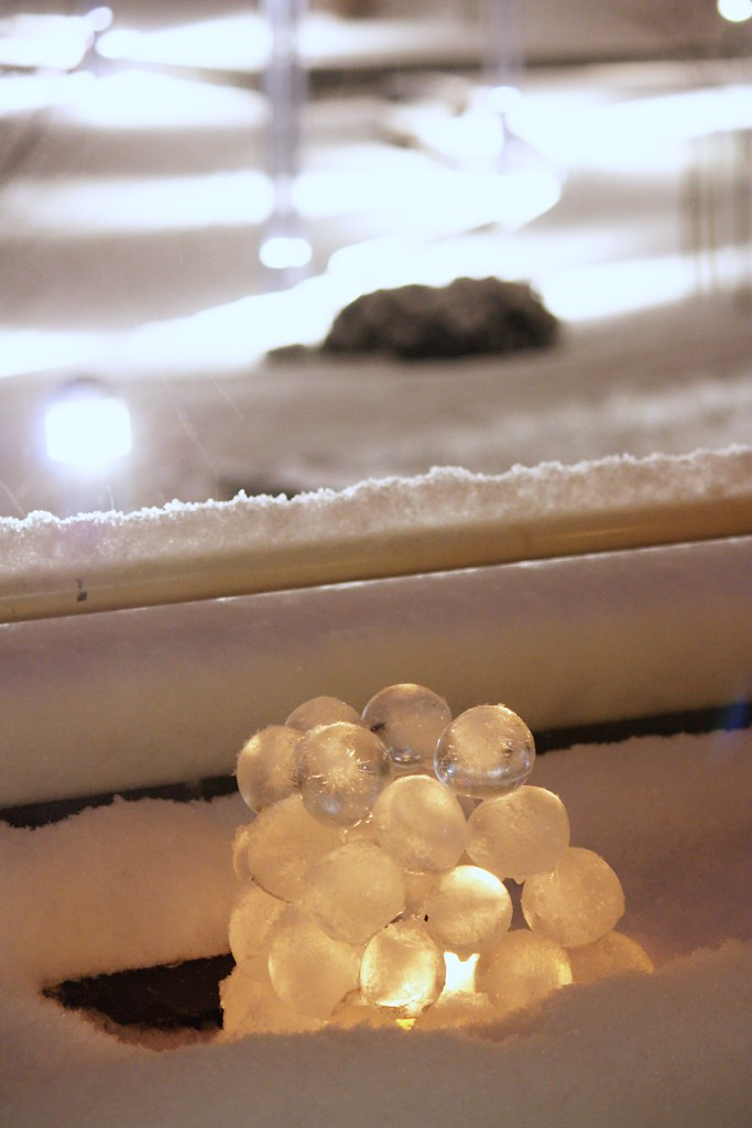 Jääpalloista tehty lyhty Kaikki Paketissa