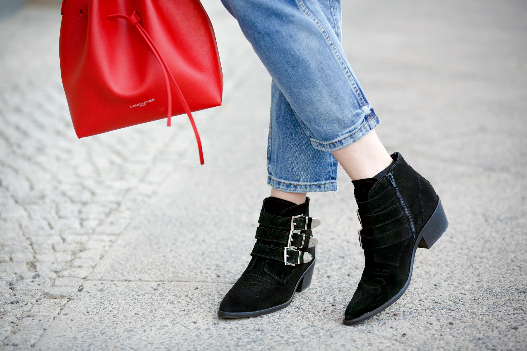 lancaster paris red bucket bag mansur gavriel lookalike patch boyfriend jeans mango fake fur coat asos black sacha booties ankle boots chloe suzanna prada sunglasses luxury style blogger cats & dogs blog ricarda schernus 3