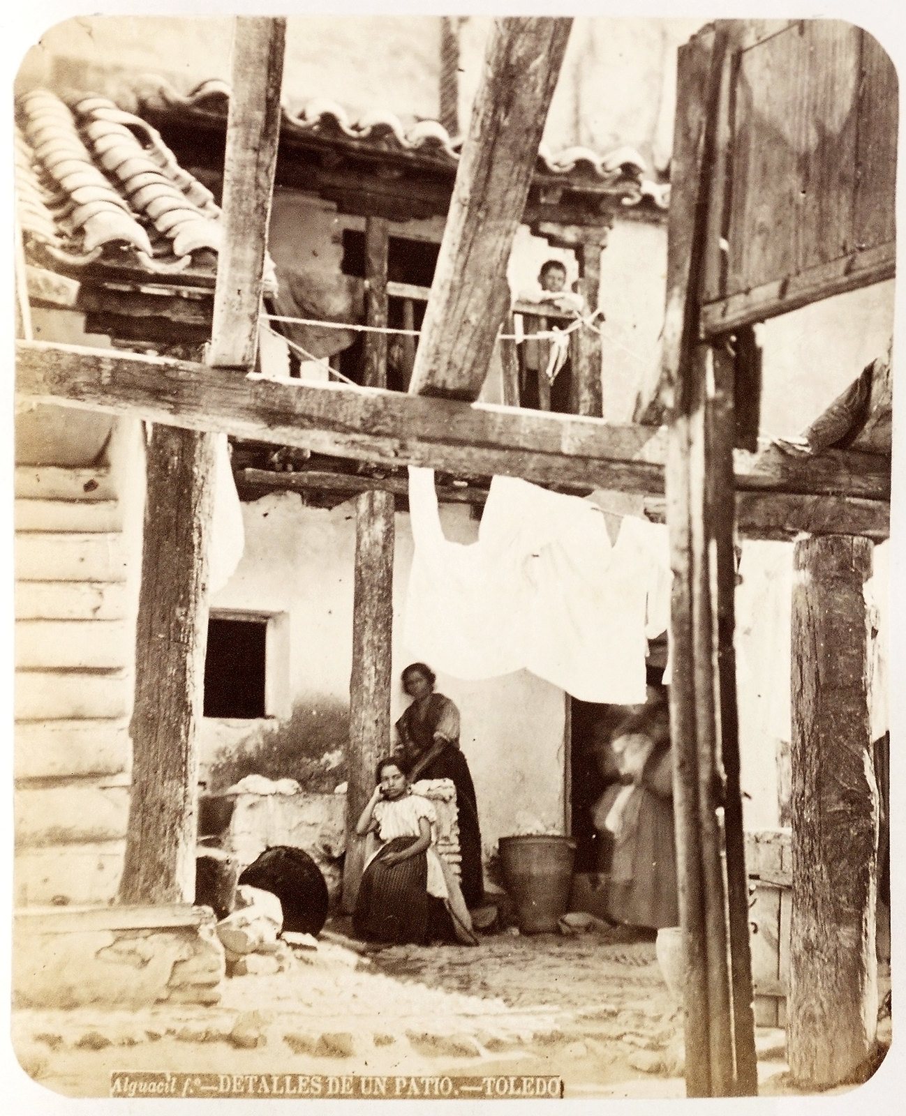 Patio de Toledo hacia 1879. Álbum de la National Gallery con fotos de Casiano Alguacil.