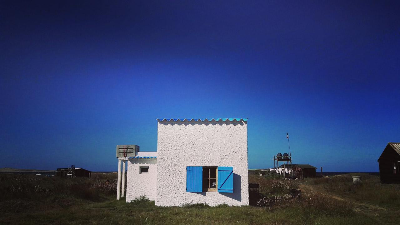Una de las casitas puestas en alquiler para turistas, en el pueblo de Cabo Polonio, muy cerca de la playa. (Fotografía tomada con un smartphone Huawei P8, Elton Núñez)
