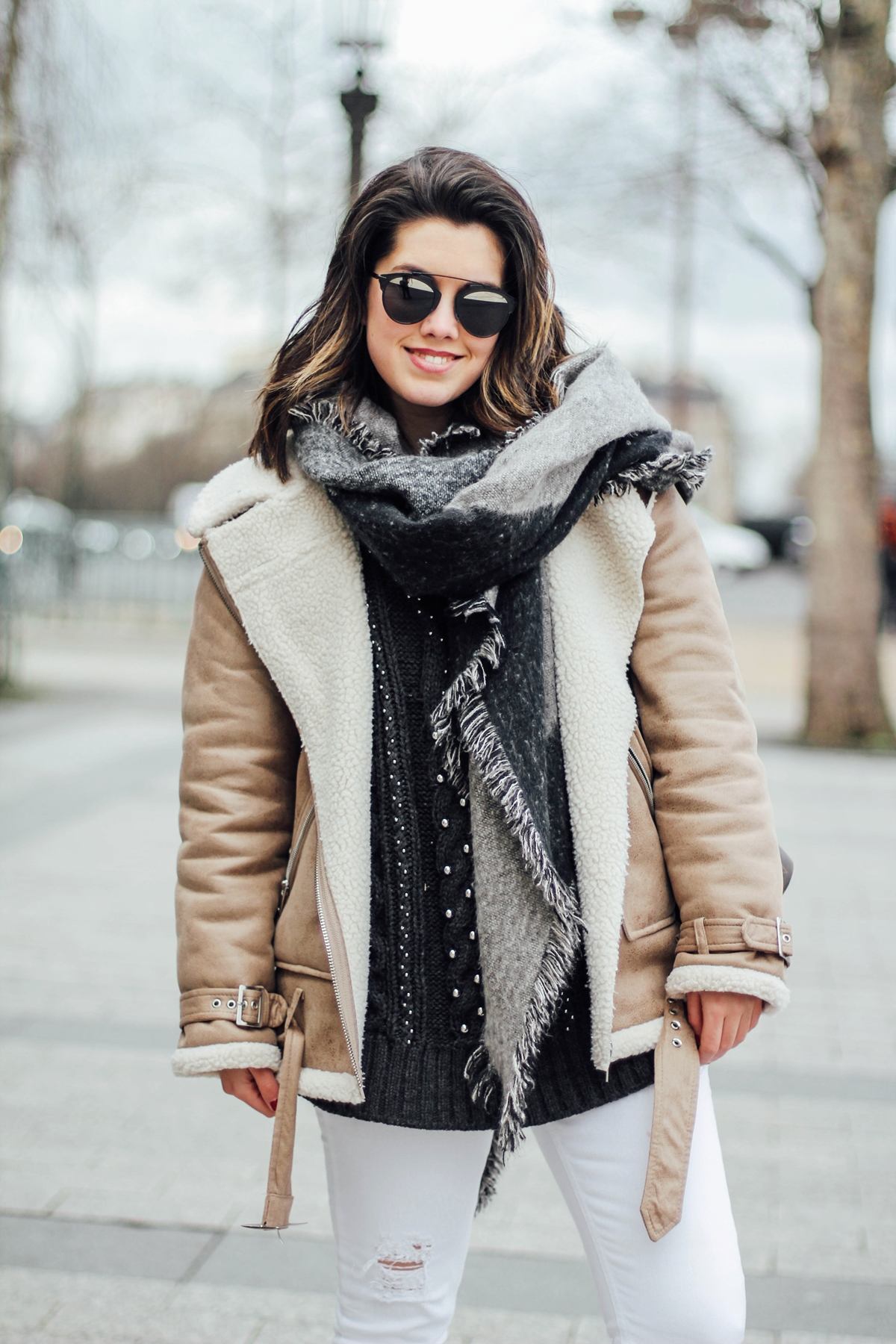 shearling-jacket-beige-isabel-marant-sneakers-streetstyle borreguillo