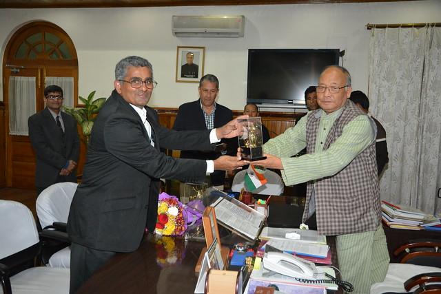 Chief Minster of Manipur presenting a memento to Shri Raman Srinivasan of TCS