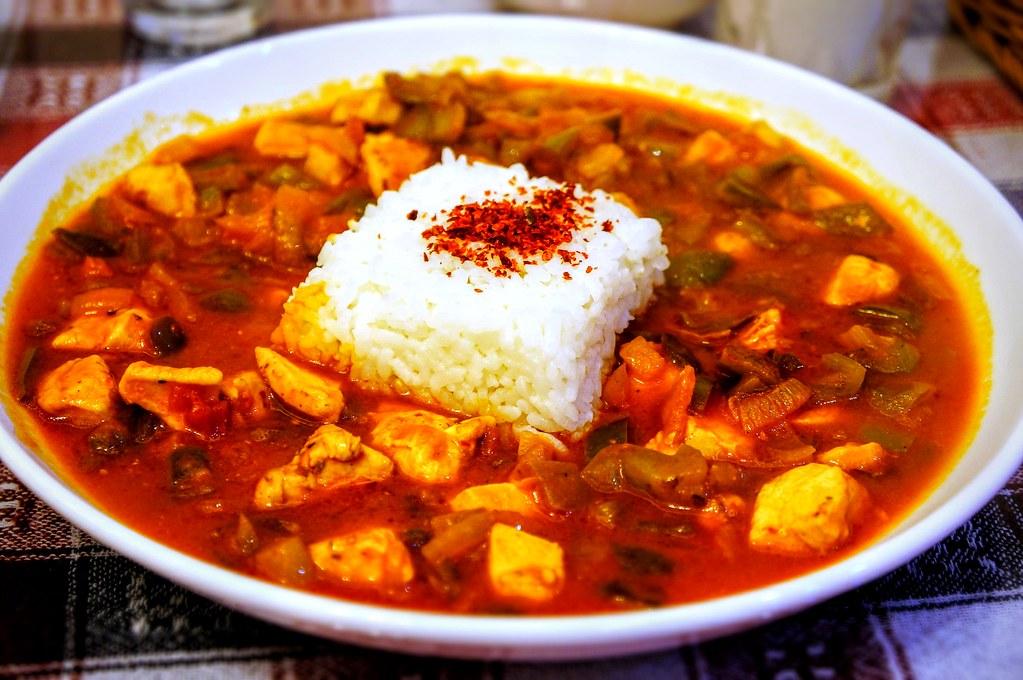 主餐的雞肉飯,紅紅的醬汁,帶著點甜味與青椒的味道
