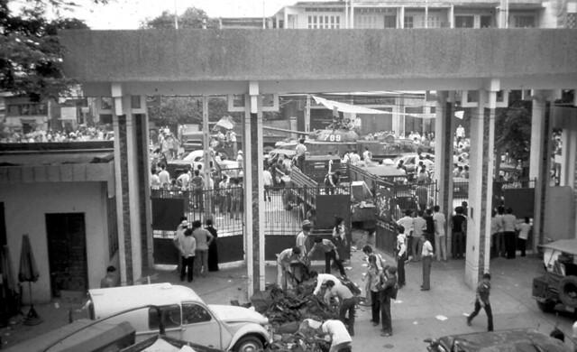 Saigon, May 1, 1975 - ĐH Vạn Hạnh - Photo by Claudia Krich