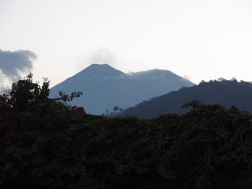 Antigua: le volcan Fuego (à gauche) et le volcan Acatenango à droite