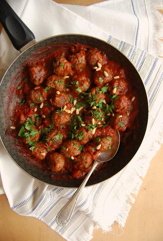 Beef kofta with sweet and sour tomato sauce / Kofta de carne bovina com molho de tomate agridoce