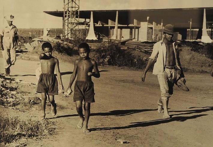 Crianças no canteiro de obras eram habituais, ora se divertindo ora ajudando, afinal, toda criança um dia já quis ser pedreiro…. Fotografia: Arquivo Público do Distrito Federal, ArPDF.