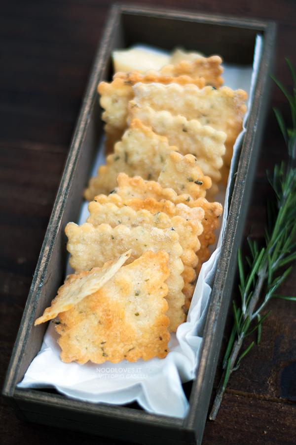 Crackers al parmigiano salati