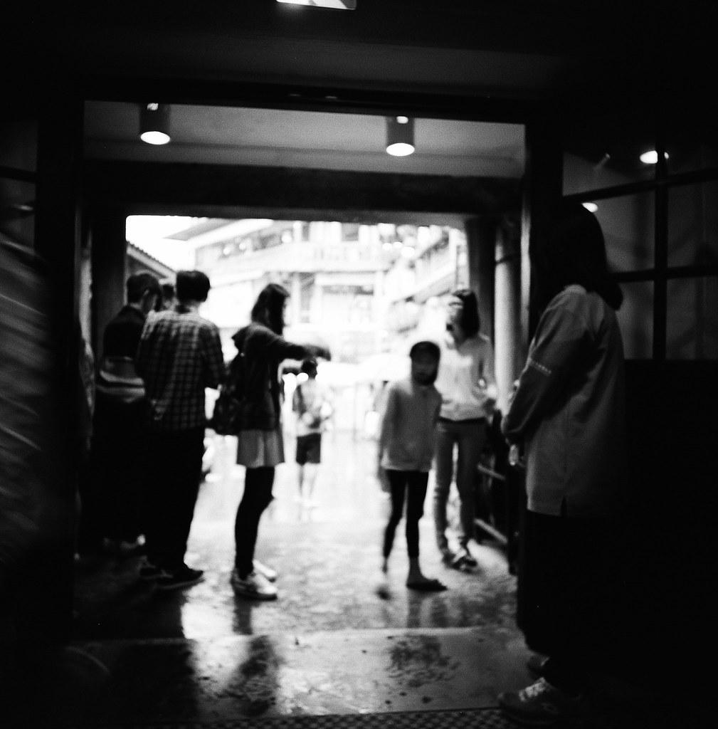 九份 Taipei, Taiwan / Kodak TRI-X 400 / Lomo LC-A 120 2015/11/13 拿著 Lomo LC-A 120 裝黑白底片到處拍,一直在練習估焦,到這張很簡單,直接推到無限遠拍。  拍的時候沒想那麼多,但效果還不錯,就一格格密集的概念。  Lomo LC-A 120 Kodak TRI-X 400 / 400TX 120mm 3527-0009 Photo by Toomore