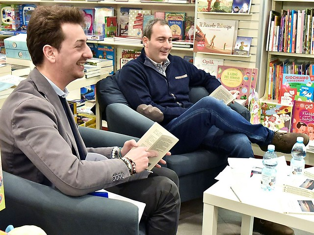 Francesco Lopuzzo e a destra l'autore Giuseppe Milella alla Mondadori Store di Acquaviva