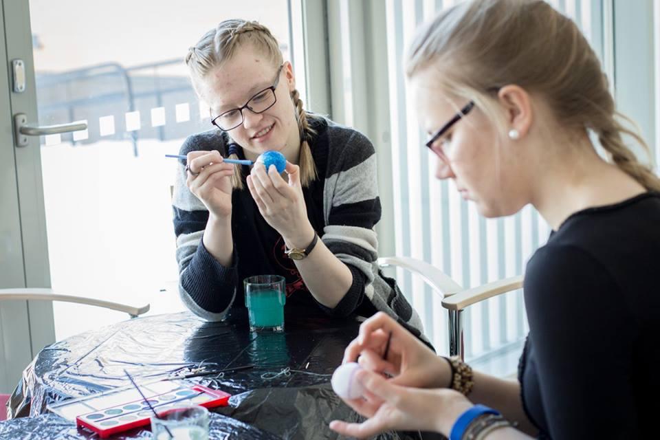 To unge jenter målar påskeegg