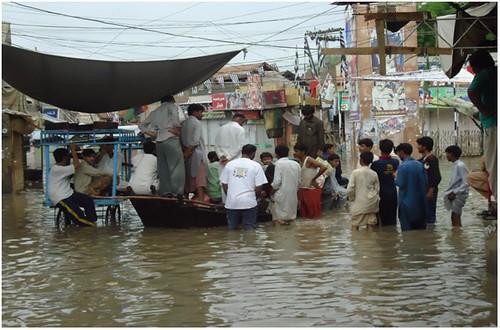 बाढ़ से प्रभावित लोगों के लिये किया जाने वाला बचाव कार्य