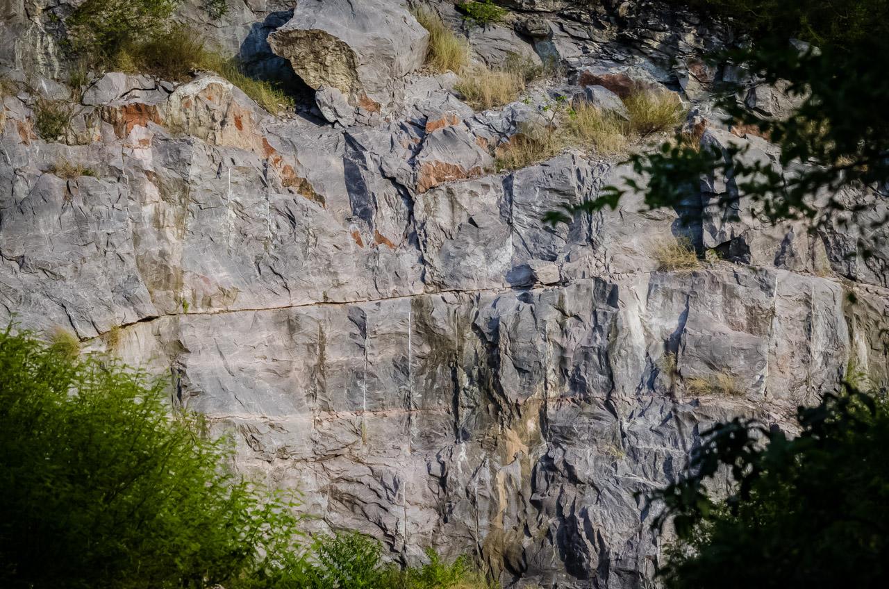 Camino a la caverna 14 de Julio, en la cima de los montes de Tres Cerros puede verse restos de lo que fue la explotación de rocas y minería, algunas de ellas informales y desorganizadas que causaron daño ambiental. Elton Núñez)