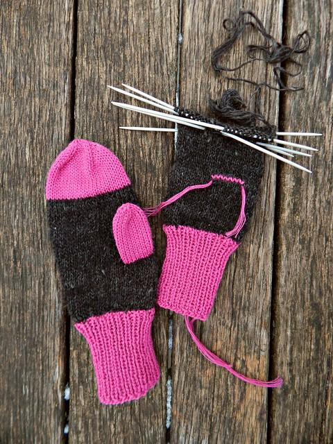 варежки пухово-розовые, почти две целиком. Первая варежка готова, на второй сделан задел для пальца, не хватает верхушки и пальца. | Хорошо.Громко.