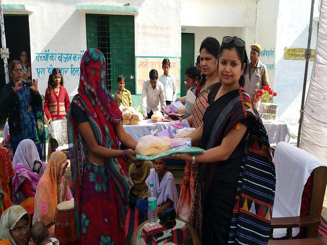 आकांक्षा समिति के तरफ से ग्रामीण औरतों की सहायता करतीं प्रीति चौधरी