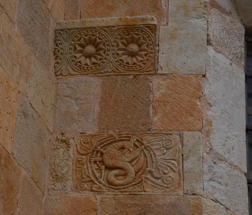 Almenara de Tormes (Salamanca). Santa María la Mayor. Ábside. Relieves