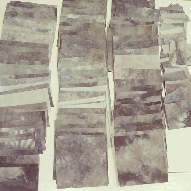 After 2 days of cutting grey (used every usable scrap before getting into yardage) #15MinutesADay for the background of my #ScrappySwissCrossQuilt I've got about 75% of the pieces I need and I see indeed to dye some very light grey values!
