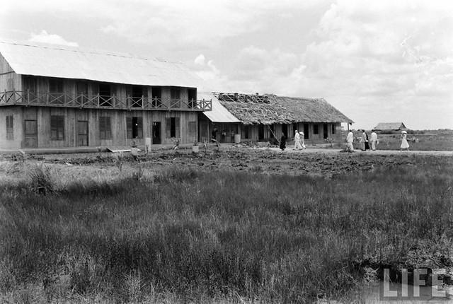 South Vietnam 1955 - by John Dominis - Ông bà Nhu viếng thăm một khu định cư của đồng bào miền Bắc di cư tại RẠCH GIÁ